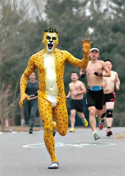 一位装扮成豹子的男士在参加光猪跑。
