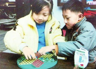 小时候的兄妹俩。(受访者供图)