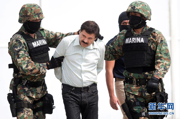 """当地时间22日,墨西哥头号毒贩华金·古斯曼(绰号:""""矮子""""古斯曼)(右一)在军方的一次行动中,在墨西北部海滨城市马萨特兰被捕。 新华社记者张加扬摄"""