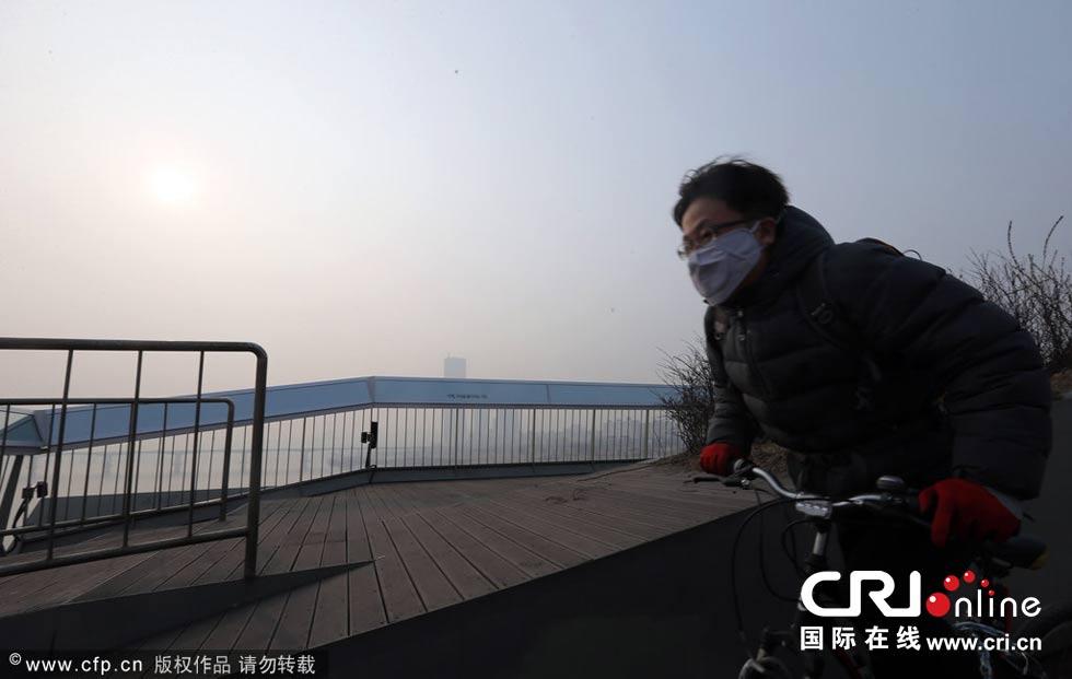 韩国首尔遭雾霾侵袭 天空灰蒙蒙一片