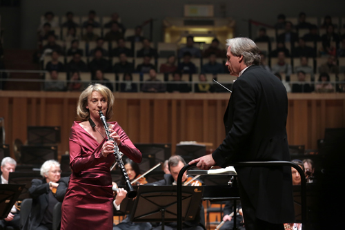 """""""单簧管女王""""萨宾-梅耶在演奏"""