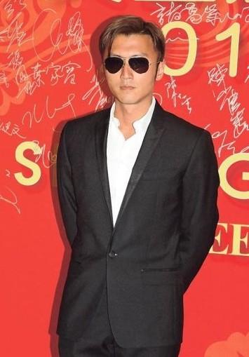 谢霆锋戴着墨镜现身,他去外地拍摄节目皮肤晒黑了。