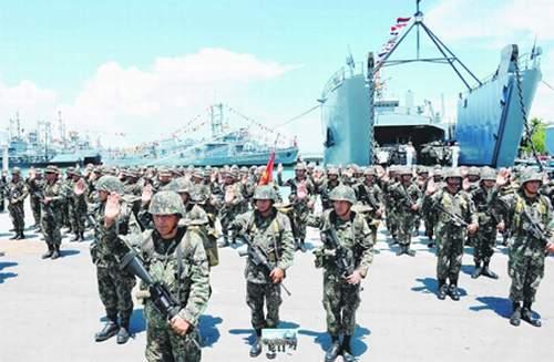 中国海警在南海武力驱逐菲渔船 首次用水炮射击图片