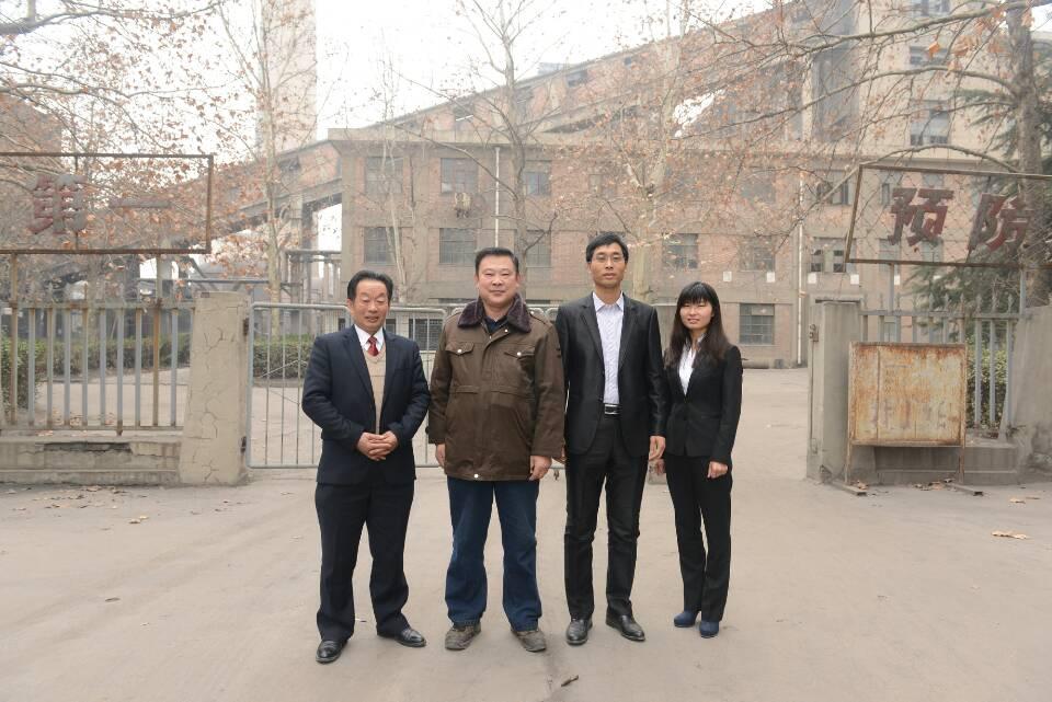 24日,为了纪念这难得的帮助和支援之情,在设备运行现场,渭南中信热力公司向长沙中联泵业公司赠送了锦旗。记者杨青山摄