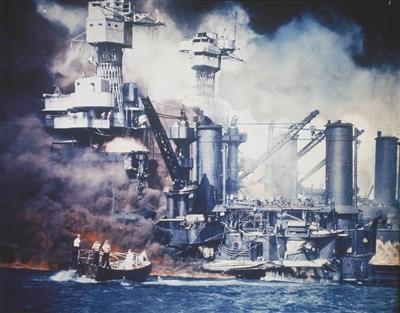 """1941年12月7日,小船在救援遭日军偷袭的""""西弗吉尼亚""""号。"""