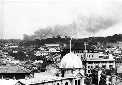 1942年3月8日,日本战机空袭新加坡。