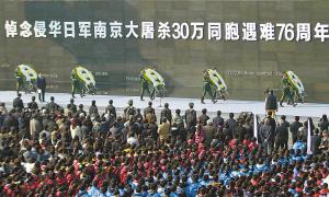 图为2013年12月13日,在侵华日军南京大屠杀遇难同胞纪念馆,社会各界人士约5000人参加南京国际和平日集会,悼念遇难同胞。 董金林摄
