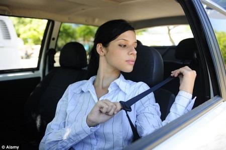 英国警方日前截停一名女司机,发现其没有系好安全带,但女司机却表示,安全带会弄伤她的胸部(资料图)