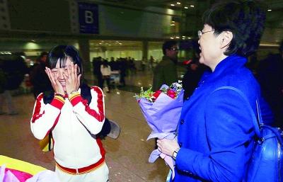 面对鲜花,自由式滑雪空中技巧女子亚军徐梦桃挺不好意思摄/法制晚报记者 黑克
