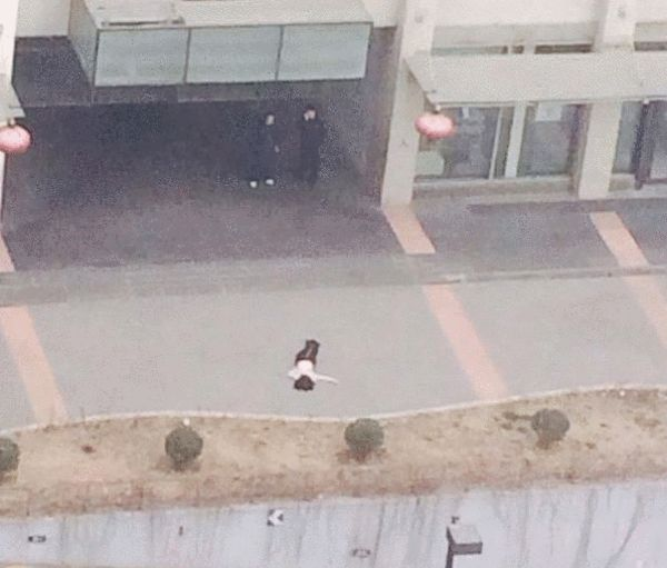 soho现代城跳楼事件引关注 女子上身赤裸(图)
