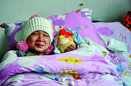 骆燕萍在医院顺产下一名3公斤重的女婴 通讯员 陈思国 摄