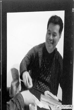 """自称是杜伟军""""二奶""""的女子在举报帖中贴出数张两人的裸照和杜伟军打麻将赌博的照片,作为举报证据。(资料图片)"""