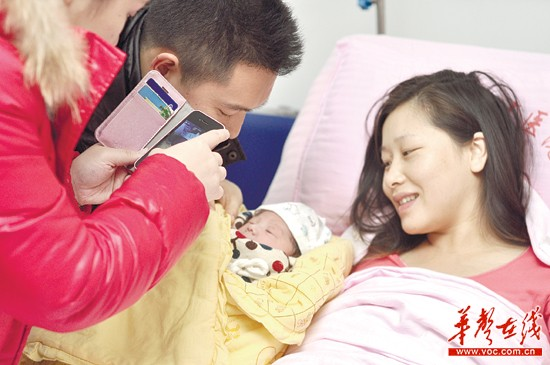 2月26日,雷超超顺利生下一子,亲人第一时间拍下合影,随后她传上微博与粉丝分享喜悦。记者唐俊摄