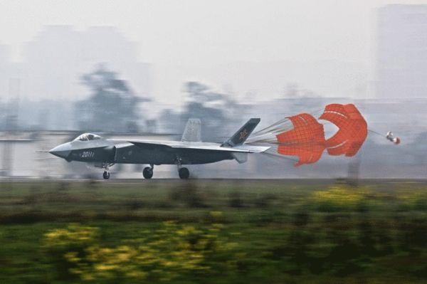 资料图:2014年2月20日,国内著名军事论坛出现了歼-20隐形战斗机2011号机进行地面高速滑行测试的照片,这说明,在数次的低速滑行测试之后,2011号歼-20有望在近日进行首飞。高滑后歼20开启减速伞。.jpg