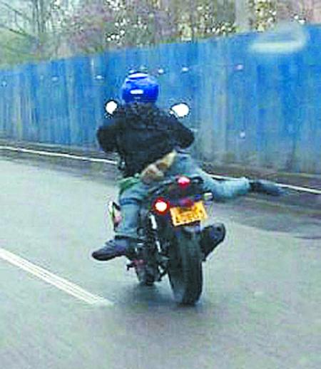 """摩托杂技_小伙驾驶摩托耍杂技:学张果老""""倒骑驴""""(图)-搜狐新闻"""