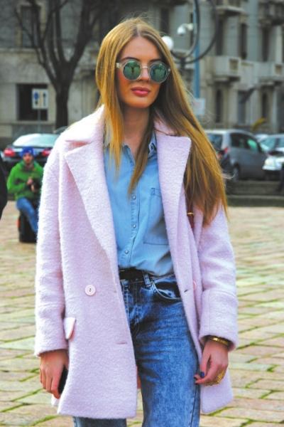 搭配水粉色毛呢大衣