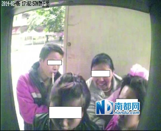 银行ATM机监控录像显示,2月6日17点02分,一家正围在ATM机前取钱。