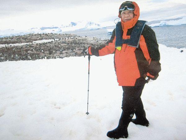 图为82岁的任晓梅在南极登陆