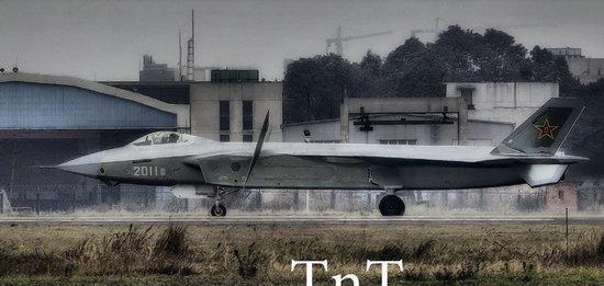 原文配图:2011号歼20战斗机鸭翼转动近乎垂直。