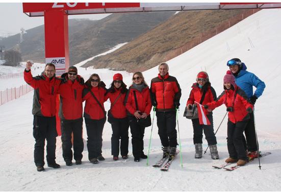 奥地利参赞(右四)与参赛者合照