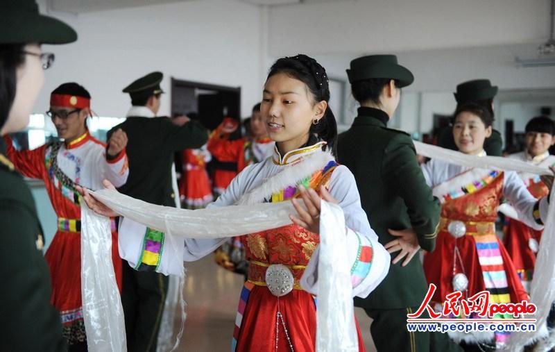 辽宁 营口/藏族学生向营口边防支队官兵敬献哈达。