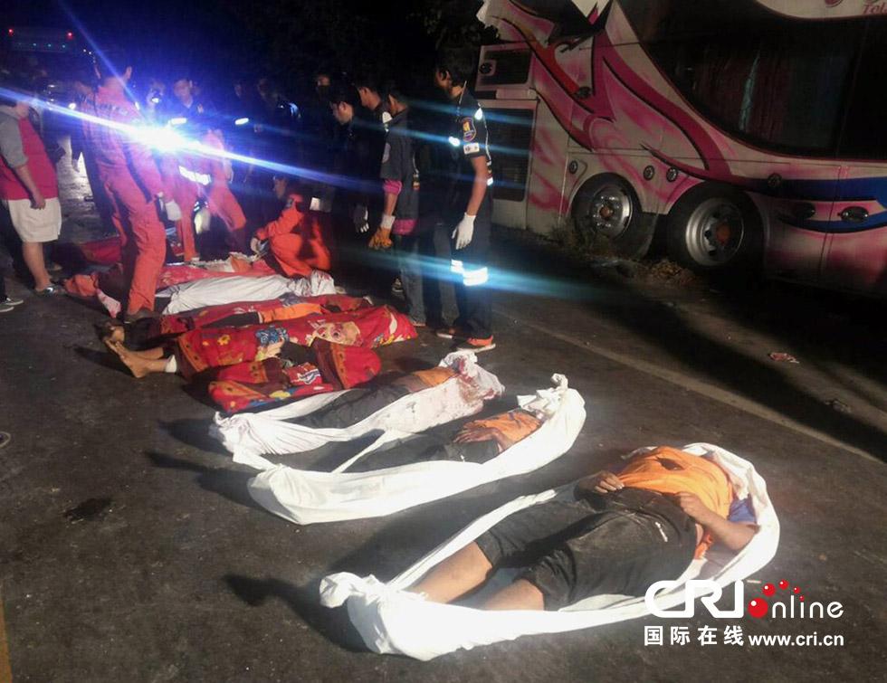 车祸死亡_车祸,一辆搭载50余名学生和老师的大巴车与一辆卡车相撞,导致14人死亡