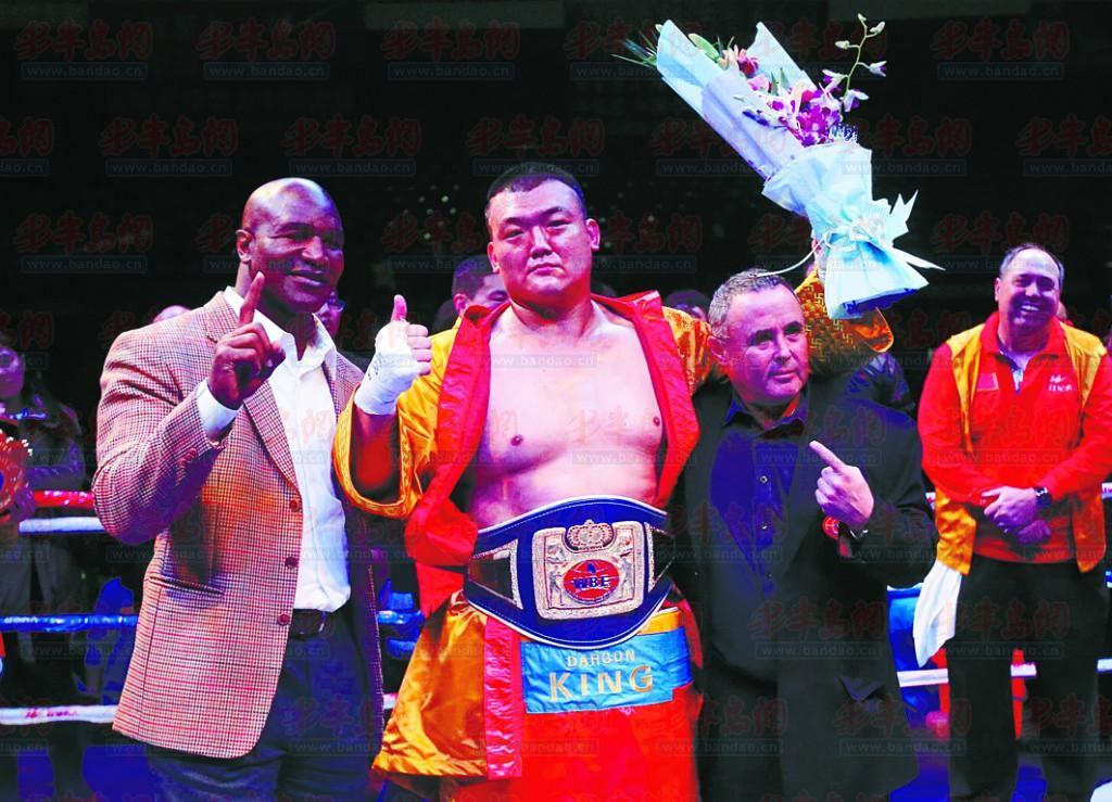 WBF世界职业拳王冠军赛 张君龙KO对手夺金腰带