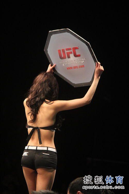 美女 背影/图文:UFC澳门赛美女演员举牌靓丽背影...