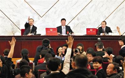 昨日,全国政协新闻发布会上,新闻发言人吕新华(中)追加了一个提问机会,一位南华早报记者得到了这个机会。