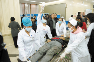 伤员陆续送到医院接受抢救 都市时报记者 文若愚