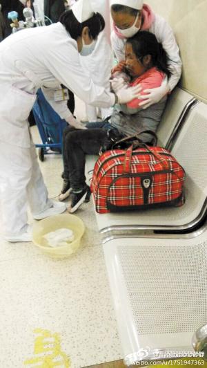 护士在安抚一名受伤的小女孩 都市时报记者 曹静