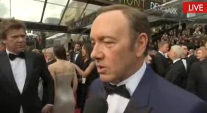 凯文-史派西接受采访表情认真图片