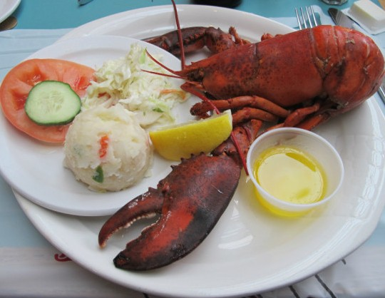 参观完安妮小屋,可以参观卡文迪什镇,但小镇几十年来都是重要的旅游地,用餐、住宿都不便宜。可以开车到稍远一点的地方,就可以找到实惠的旅馆和餐厅。我们当晚住在萨默赛德(Summerside),这是王子岛的第二大城市,晚餐享用了本地著名的大西洋冷水龙虾和王子岛青口。   大西洋冷水龙虾需要7-8年时间才能长到一磅,按加拿大法律,只在达到一磅重的龙虾才可以上餐桌。大西洋龙虾的双螯巨大,夏季大部分龙虾都有虾膏,味道鲜美。   餐厅主厨是位大娘,亲自挥刀屠龙。