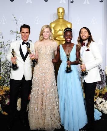 北京时间3月3日上午,第86届奥斯卡颁奖礼落幕。本届最佳男主马修-麦康纳、最佳女主凯特-布兰切特、最佳男配杰瑞德-莱托、最佳女配露皮塔-尼永奥后台合影。