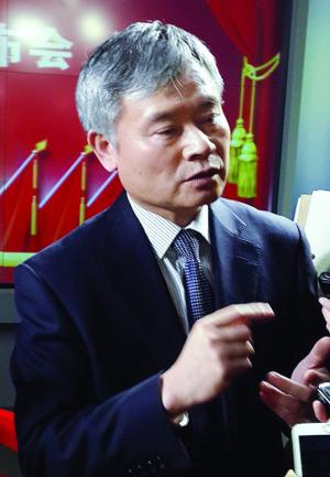 蔡继明接受媒体采访