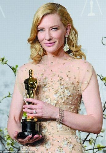 凯特-布兰切特凭借《蓝色茉莉》拿到个人的第2座小金人