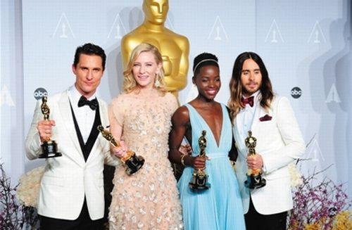 最佳男主角马修・麦康纳、最佳女主角凯特・布兰切特、最佳女配角露皮塔・尼永奥及最佳男配角杰瑞德・莱托在后台合影
