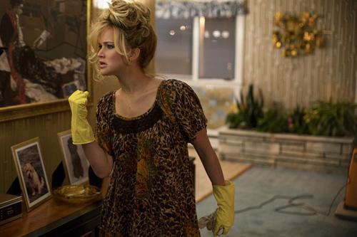 《美国骗局》里詹妮弗-劳伦斯饰演一位疯疯癫癫的主妇
