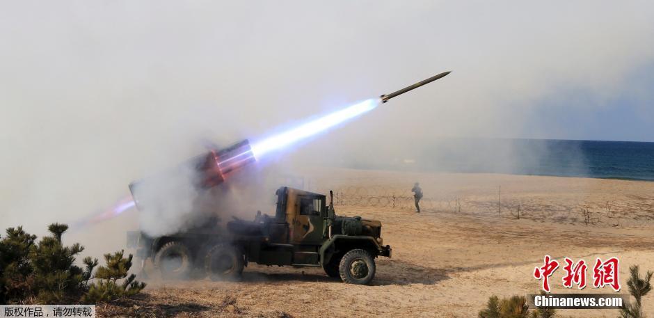"""韩国江原道,韩国军队在朝韩""""北方分界线""""(Northern Limit Line)举行炮击训练。"""