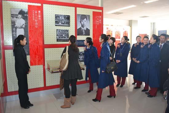 青岛黄海学院雷锋纪念馆迎来众多参观者(组图