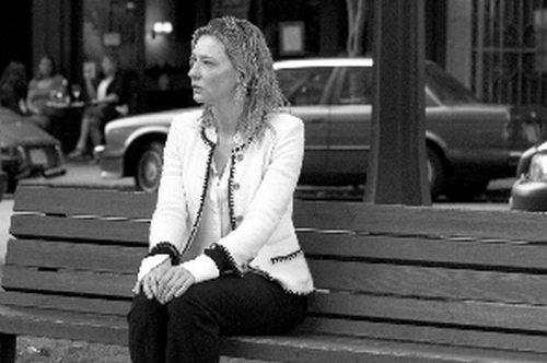 电影以茉莉独自一人坐在街头长凳上精神萎靡的场景结尾。