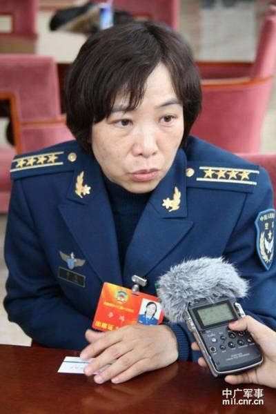 政协委员李鸿接受记者采访。