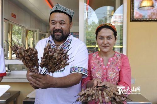 新疆人卖羊肉串视频_新疆羊肉串小贩带头向昆明砍杀案伤者捐款 -搜狐新闻
