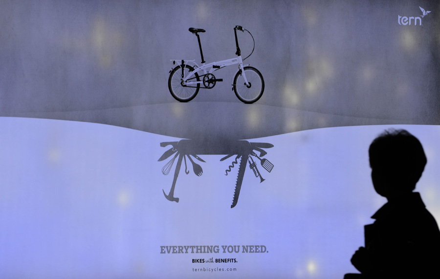 3月5日,一辆多用途自行车的创意广告吸引了行人的关注.