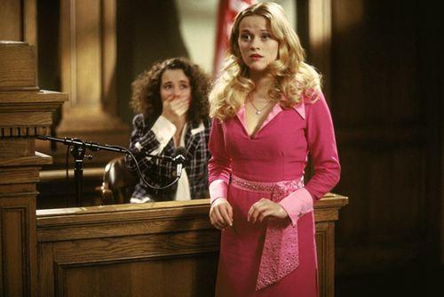 """金发美女艾丽通过为嫌疑人辩护成功证明了自己不是""""脑袋空空""""。"""