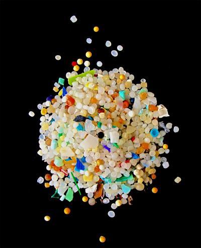 全球资讯_图片说明1:微塑料指的是直径小于5微米的塑料碎片,是全球性的海洋污染
