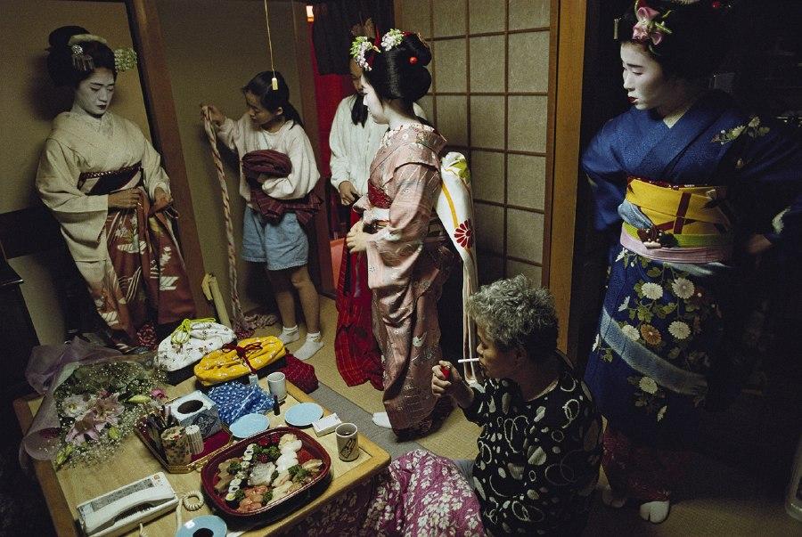提到能够代表日本的面孔,人们会不由自主地联想到浓妆背后的艺妓。在日本,这个特殊群体非常的神秘,她们甚至会将秘密带进坟墓。