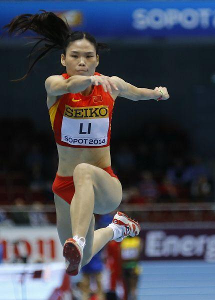 女子三级跳陈婷_图文:室内世锦赛女子三级跳 李艳梅比赛中
