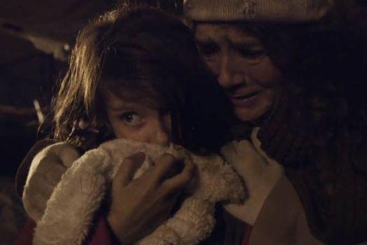 影片显示,战乱发生后,女孩逃亡