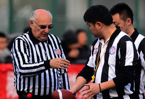 图文:美式室内橄榄球教学赛 美国资深裁判讲解图片